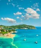Turkusowy morze śródziemnomorskie i niebieskie niebo twój wakacje rodzinny szczęśliwy lato zdjęcia stock
