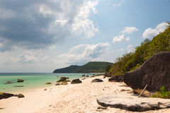 Turkusowy morze, biały piasek i kamienie, Obraz Stock