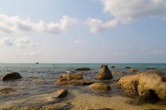 Turkusowy morze i kamienie Fotografia Stock