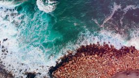 Turkusowy morze macha bicie na skalistym wybrzeżu zbiory wideo