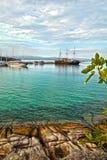 Turkusowy morze, schronienie z starymi tradycyjnymi żeglowanie statkami w Sithonia, Halkidiki półwysep, Grecja, zdjęcia stock