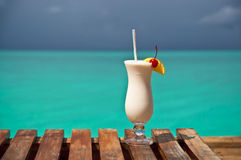 Turkusowym morzem biały napój Fotografia Stock