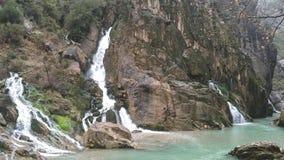 Turkye-Hügel nähern sich Fluss Stockfoto