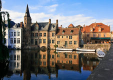 Turm auf dem Fluss in Belgien Stockfotos