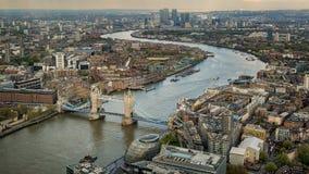 Turm Biridge mit der Themse und London-Skylinen lizenzfreie stockfotos