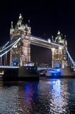 Turm-Brücke nachts, London Großbritannien lizenzfreies stockbild