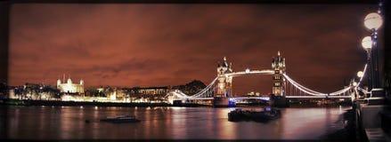 Turm-Brücke bis zum Nacht Lizenzfreie Stockfotos