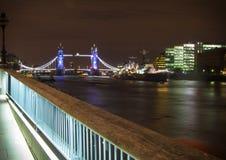 Turm-Brücke bis zum Nacht Lizenzfreie Stockfotografie