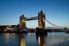 Turm-Brücke an der Dämmerung Lizenzfreies Stockfoto