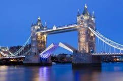 Turm-Brücke an der Dämmerung in London stockfoto
