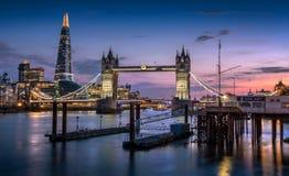 Turm-Brücke, die Scherbe und London-Skyline an der Dämmerung Lizenzfreie Stockfotografie