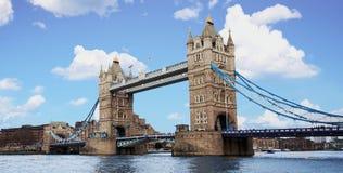 Turm-Brücke in London mit Brillantblau Cloudscape-Himmel Lizenzfreie Stockbilder