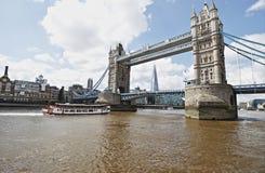 Turm-Brücke London, mit der Scherbe im Hintergrund Stockfotografie