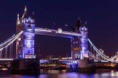 Turm-Brücke London nachts auf der Themse lizenzfreies stockfoto