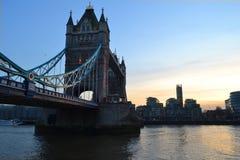 Turm-Brücke in London während des Sonnenuntergangs Lizenzfreie Stockfotos
