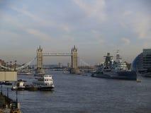 Turm-Brücke mit Bootskreuzfahrt Lizenzfreies Stockbild