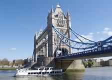 Turm-Brücke mit dem Führen des Bootes Lizenzfreies Stockfoto