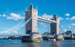 Turm-Brücke am Sommer mit blauem Himmel in London, Großbritannien Stockfotografie