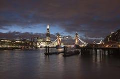 Turm-Brücke und die Scherbe an der Dämmerung Lizenzfreie Stockfotos