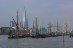 Turm-Brücke und die Scherbe in London Stockfotografie