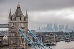 Turm-Brücke und die Wolkenkratzer des Finanzbezirkes von Canary Wharf Stockbild
