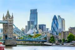 Turm-Brücke und Finanzbezirk von London Stockbild