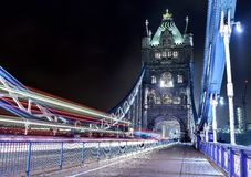 Turm-Brücken-Licht-Spuren Stockfoto