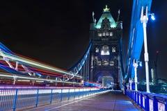 Turm-Brücken-Licht-Spuren Stockbild