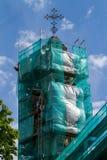 Turm der griechischen katholischen Kirche im Baugerüst Stockfoto