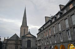 Turm der Kathedrale des Heiligen Vincent de Saint-Malo und der Stadtgebäude, Bretagne, Frankreich lizenzfreie stockfotografie