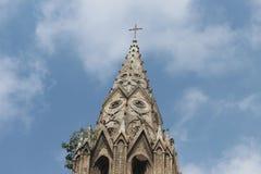 Turm der Kirche mit schöner Hintergrundansicht des Himmels Stockfoto