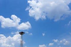 Turm der lokalen Sendung des Dorfs auf dem Hintergrund des blauen Himmels Lizenzfreies Stockfoto