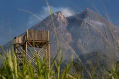 Turm an der Spitze des Bergs lizenzfreie stockfotos
