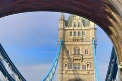 Turm der Turm-Brücke durch Bogen Stockbild