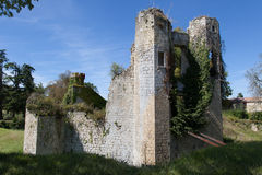 Turm des alten Schlosses, dunkelblauer Himmel im Hintergrund Stockfotos