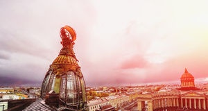Turm des Gebäudes der Firma Zinger auf Nevsky-Allee in St Petersburg Lizenzfreies Stockbild