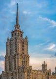 Turm des klassischen Gebäudes (Ukraine-Hotel in Moskau) lizenzfreies stockbild