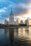 Turm des klassischen Gebäudes (Ukraine-Hotel in Moskau) mit Reflexion Stockbild