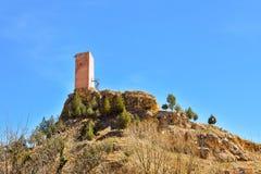 Turm eines alten Schlosses in einem kleinen Dorf nannte Villel in Teruel/in Spanien an einem sonnigen vollen Tag Das Schloss wird stockfotografie