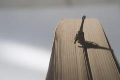 Turm-förmiges Bookmark Eifel auf einem Buch Lizenzfreie Stockbilder