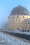 Turm Gostiny Dvor (Kaufmanns-Yards) im Nebel Lizenzfreie Stockfotos