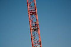 Turm krane mit einer Arbeitskraft Stockbilder