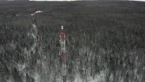 Turm mit den Antennen und Becken zellulär, drahtlos Hubschraubertrieb stock footage