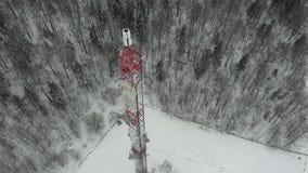 Turm mit den Antennen und Becken zellulär, drahtlos Hubschraubertrieb stock video
