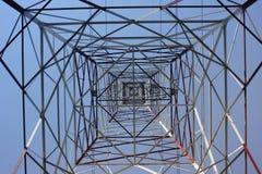 Turm mit Eisen und Bau für Strom Stockfotos