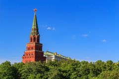 Turm Moskaus der Kreml mit einem roten Stern auf einem Hintergrund des blauen Himmels Lizenzfreie Stockbilder