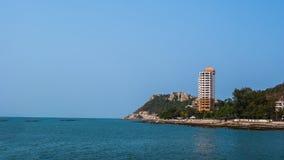 Turm nahe Meer mit blauem Himmel Lizenzfreie Stockfotografie