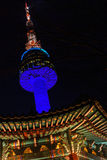 Turm Namsan Seoul nachts beleuchtete im Blau stockfoto