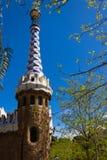 Turm in Park GÃ ¼ Elle gestaltet mit Baumasten und Blättern stockfoto
