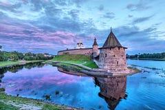 Turm Pskovs der Kreml und Ploskaya Stockbild